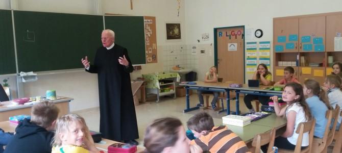 Besuch des Pfarrers in der 2. Klasse