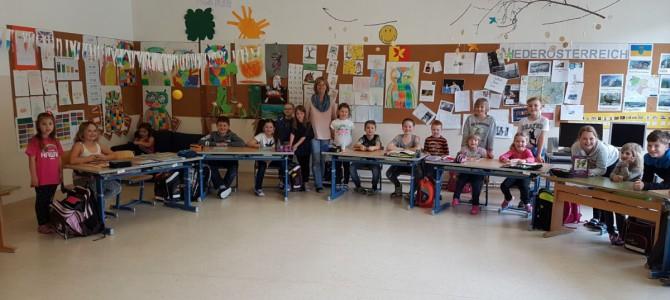 Schulkinder lesen den Schulanfängern vor