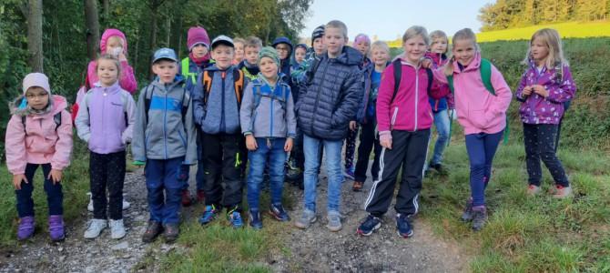 Wandertag der 1. Klasse nach Tottendorf zu Familie Höfinger